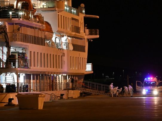 Atraca en Montevideo crucero australiano con más de 100 casos de coronavirus