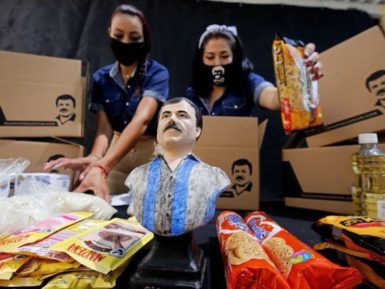 """Hija de """"Chapo"""" Guzmán reparte provisiones a ancianos en México por COVID-19"""