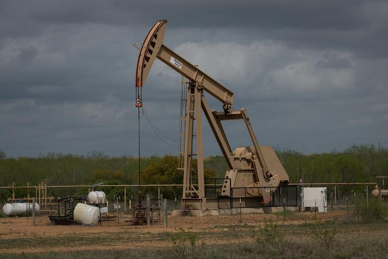 Petróleo avanza ligeramente luego de cifras de reservas en EE.UU