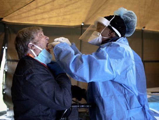 Los hospitales sudafricanos esperan preparados e inquietos la ola de COVID-19