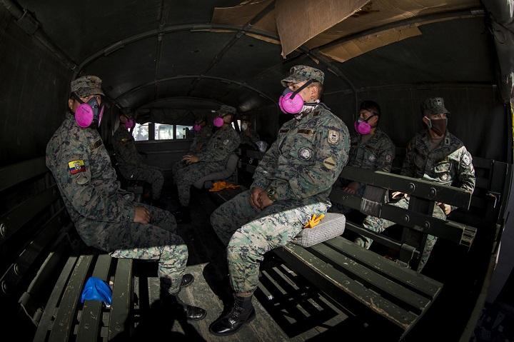 Ecuador cesa equipo militar y policial que retira a muertos en casas por la pandemia