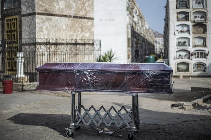 Fila de carros fúnebres en hospital de Perú para retirar cuerpos de muertos por covid-19