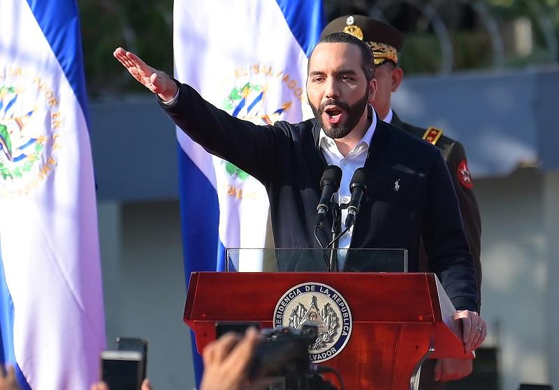 Bukele sortea entre aplausos y críticas lucha contra pandillas y COVID-19 en El Salvador