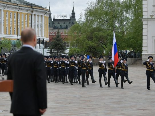 """Putin celebra la Rusia """"invencible"""" en modesta conmemoración de 1945"""