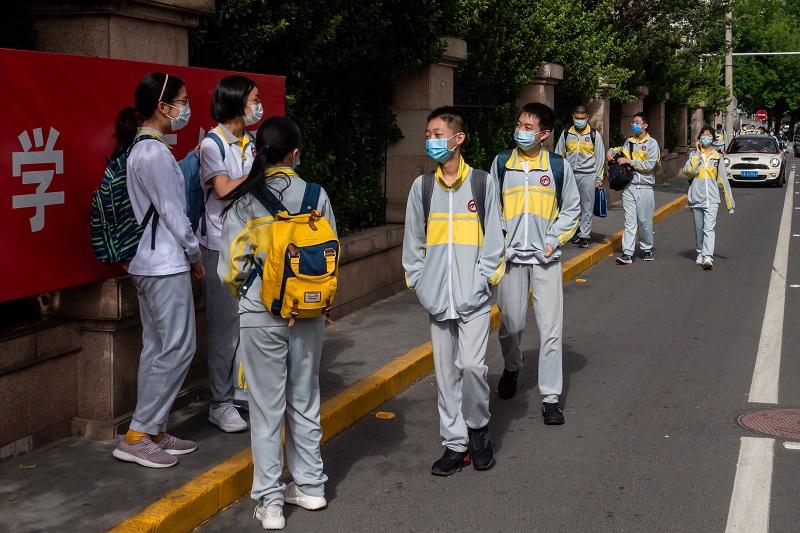 Alumnos chinos controlados con brazaletes electrónicos para detectar virus