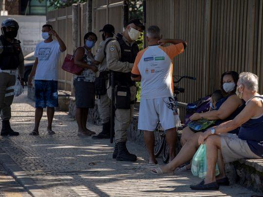 """Bolsonaro incluye a gimnasios y peluquerías como """"actividades esenciales"""" en Brasil"""