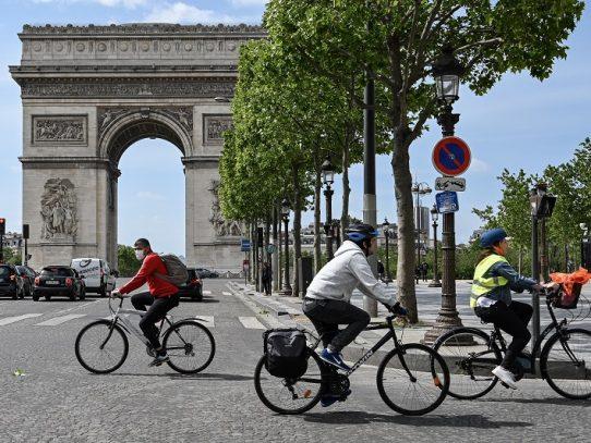 UE abre sus puertas a turistas de EE.UU. y franceses se quitan la mascarilla al aire libre