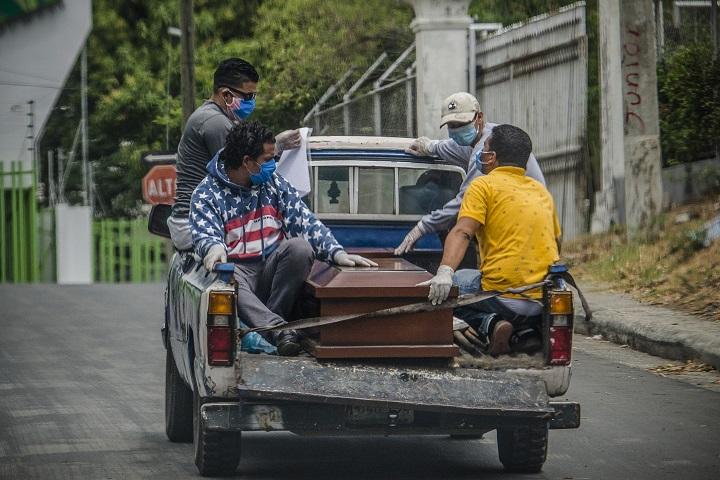 Crece el triste negocio de hacer ataúdes por COVID-19 en Nicaragua