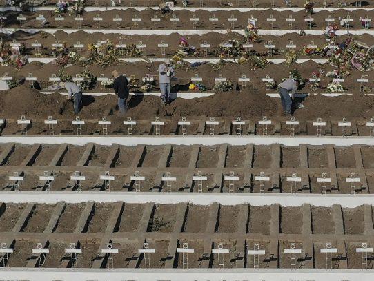 Cementerio de Santiago cava miles de tumbas ante avance del coronavirus