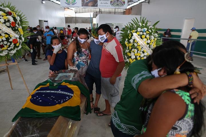 Brasil registra cifra récord de muertes por covid-19 en un día