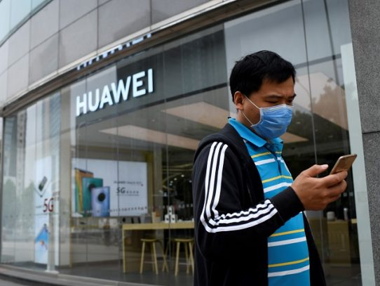 "China acusa a EE.UU. de querer ""eliminar"" a Huawei, tras advertencia contra Brasil"