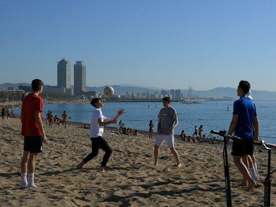 Barcelona abre sus playas y parques para dar paseos