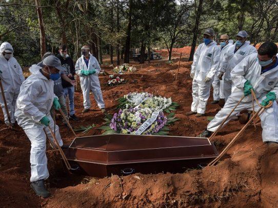 """Acusan a gobierno brasileño de """"invisibilizar"""" los muertos de coronavirus"""