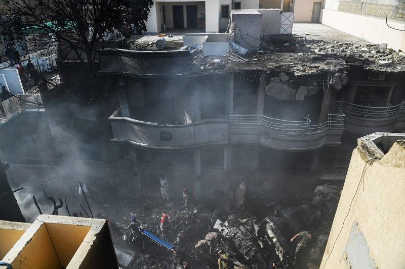 Un avión de pasajeros se estrella en un barrio residencial de Karachi, en Pakistán