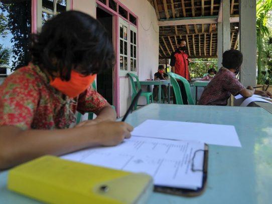 """Enseñanza """"puerta a puerta"""" en Indonesia tras el cierre de las escuelas por Covid-19"""