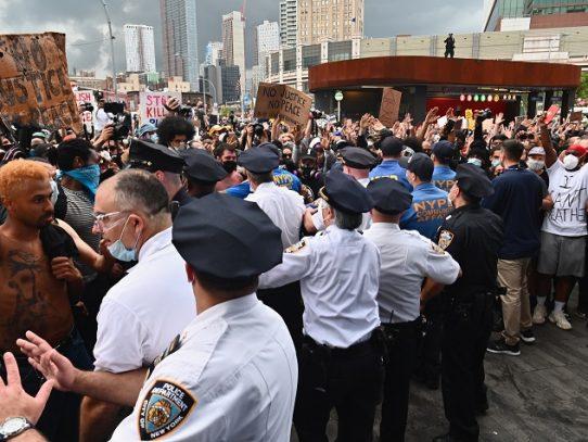 Alcalde de Nueva York anuncia toque de queda en medio de protestas