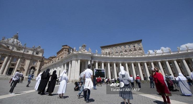 Los fieles vuelven a la plaza de San Pedro para el Regina Coeli del papa Francisco