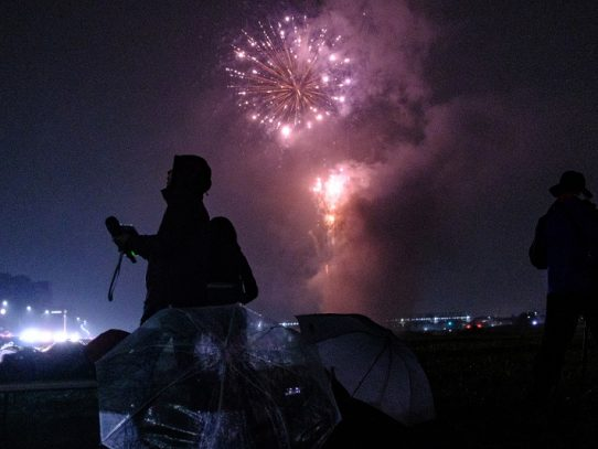 En Japón lanzan fuegos artificiales para conjurar la pandemia