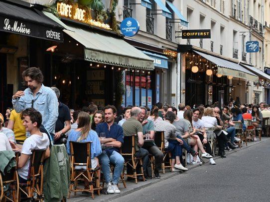 "Francia declara ""controlada"" la pandemia de covid-19, que causa estragos en Brasil"