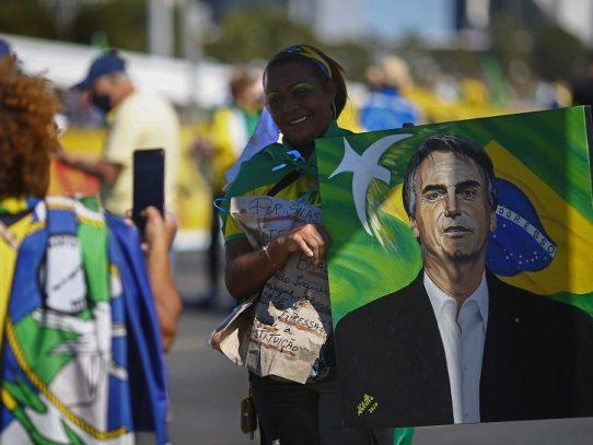 Opositores y simpatizantes de Bolsonaro se manifiestan en Brasilia