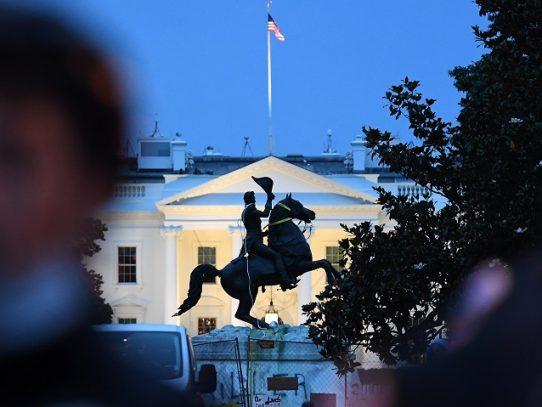 Manifestantes intentan derribar estatua cerca de la Casa Blanca