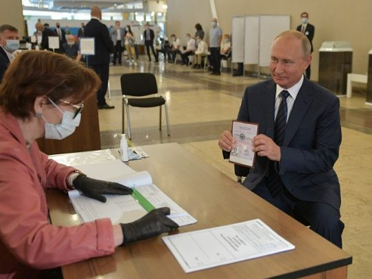 "El Kremlin celebra ""triunfo"" tras el referéndum constitucional"
