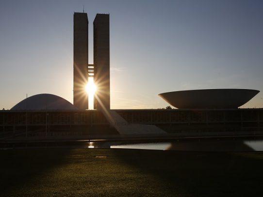 """El Senado brasileño aprueba una polémica ley contra las """"fake news"""""""
