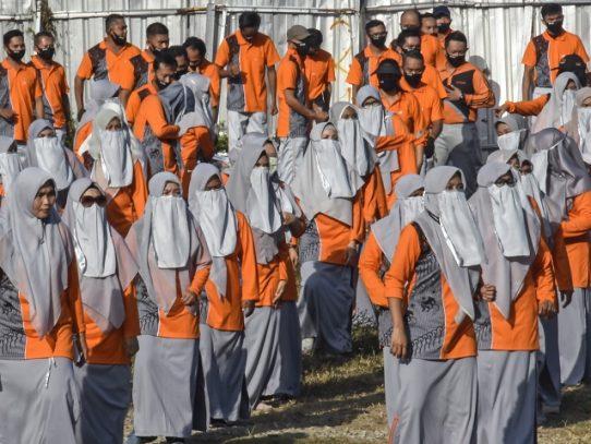 Polémica en Indonesia por imponer el velo a las mujeres contra el coronavirus