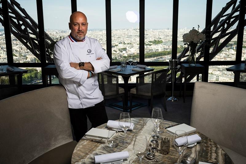 """Desde lo alto de la Torre Eiffel, el chef Anton no quiere oír hablar del """"después de la covid-19"""""""