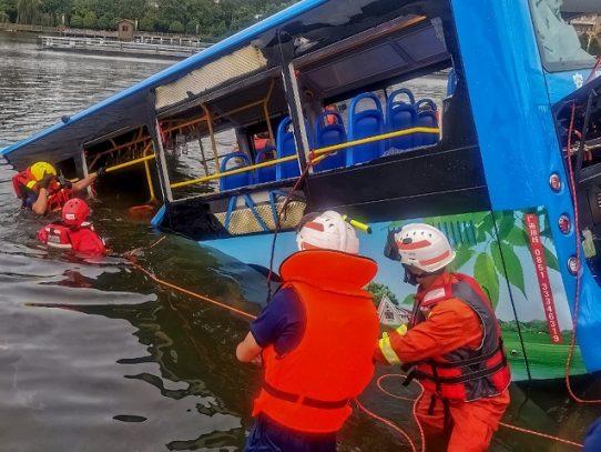 Al menos 21 muertos al precipitarse un autobús en un lago en China