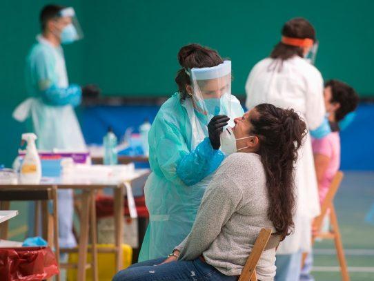 Pandemia avanza en América y el sur de Asia y España recuerda a sus muertos