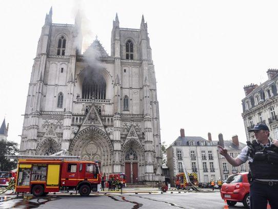Un incendio provoca daños en la catedral gótica de Nantes en Francia