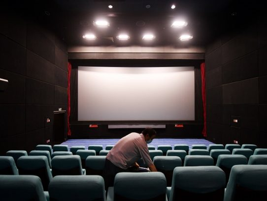China vuelve a abrir sus cines al ritmo de Covid-19