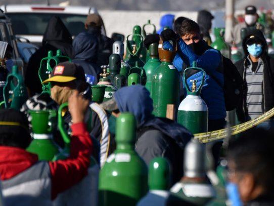La escasez de oxígeno aumenta pesares de los peruanos en la pandemia
