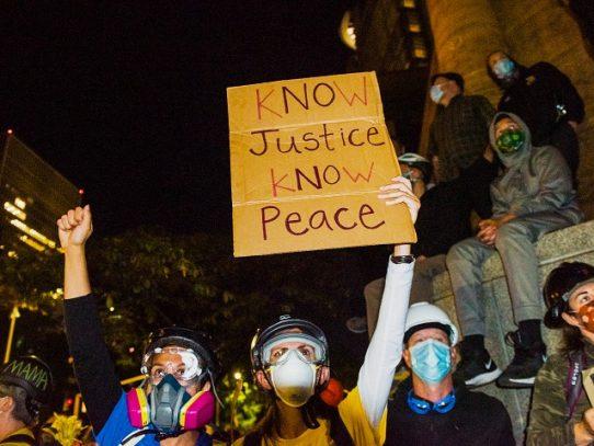 Otra noche de tensión en Portland, EE.UU., entre manifestantes y policías