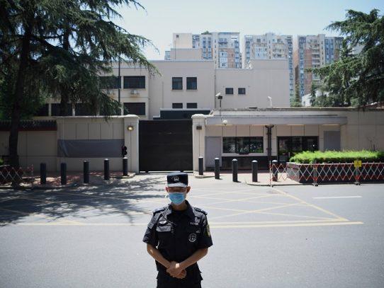 China entra en el consulado de EE.UU. en Chengdu tras la salida de estadounidenses