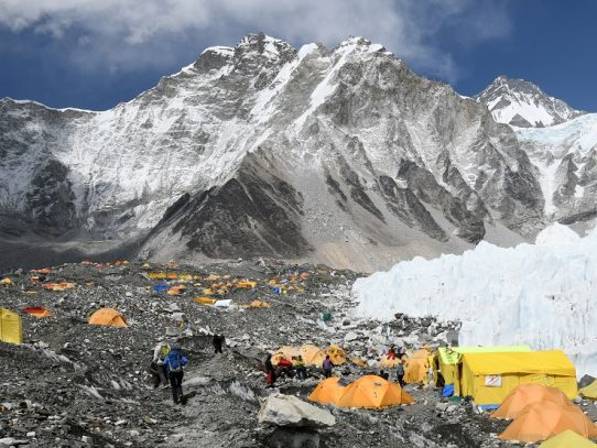 Nepal vuelve a permitir el acceso al Everest pese a la incertidumbre por el coronavirus
