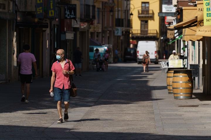 España cierra discotecas y restringe fumar ante escalada de contagios