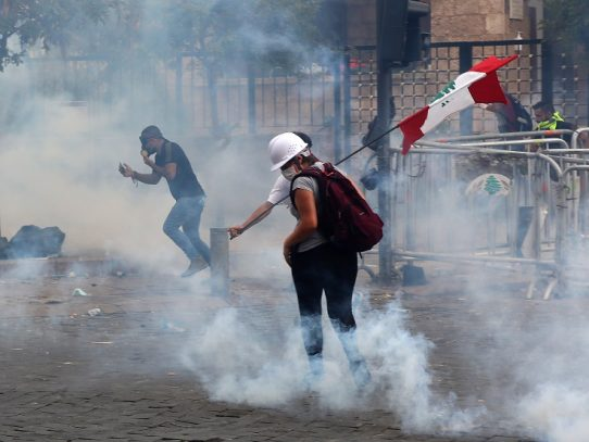 Miles de libaneses se manifiestan contra las autoridades tras la explosión en Beirut