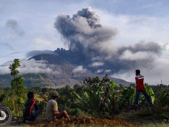 Alerta aérea en Indonesia tras nueva erupción del volcán Sinabung