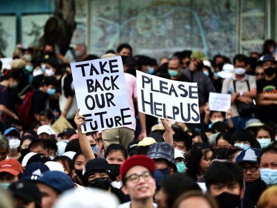 Multitudinaria manifestación prodemocracia en Tailandia
