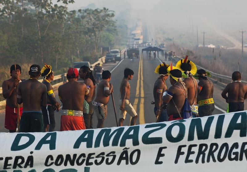 Indígenas de Brasil levantan provisoriamente bloqueo de ruta amazónica