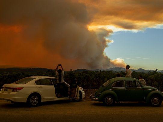 Incendios en California avanzan y obligan a evacuar a miles