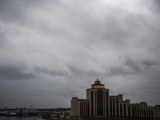 """Poderoso huracán Laura amenaza costas de EE.UU. con """"catastróficas"""" crecidas"""