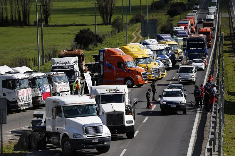 Camioneros bloquean rutas en Chile en protesta por ataques en carreteras