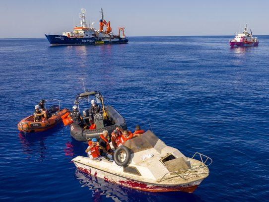 """Guardacostas italianos evacúan a 49 migrantes """"frágiles"""" del barco de Banksy"""