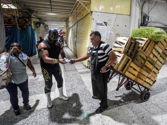 Luchadores enmascarados reparten tapabocas contra covid-19 en México