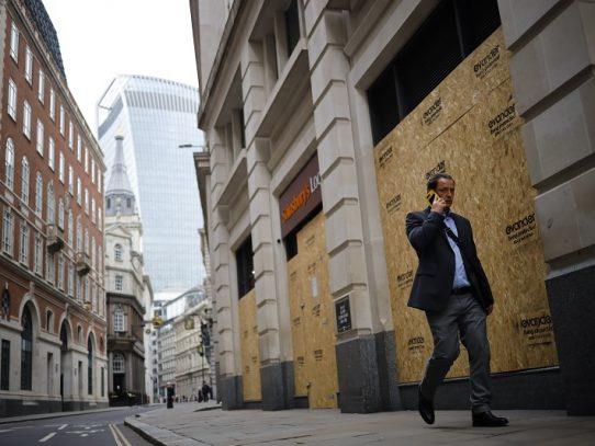 Londres vuelve a cerrar y Johnson llama a festejar la Navidad con prudencia