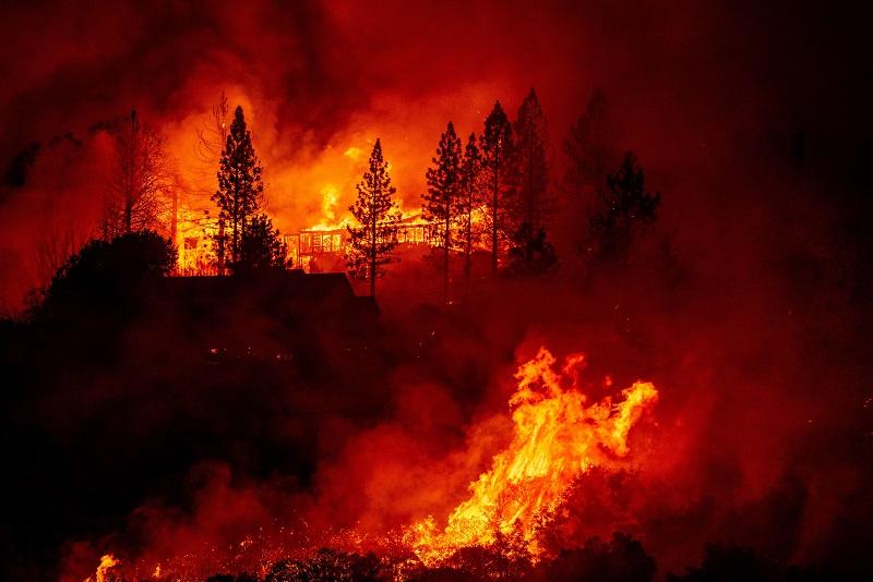 """Incendios """"sin precedentes"""" arrasan la costa oeste de EE.UU."""