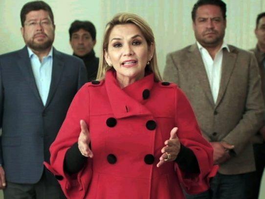 """Presidenta interina de Bolivia pide """"paciencia"""" por lentitud de escrutinio electoral"""